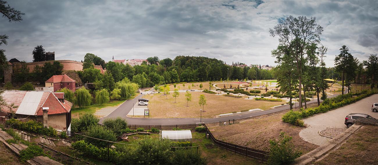 """Odpočinková a sportovní zóna """"Krajinka"""" v centru města. 3 minuty chůze od pozemků kasáren."""
